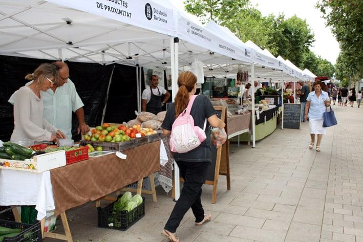 El mercat s'ubica a la rambla de la carretera de Ribes de Corró d'Avall