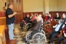 Els usuaris de la Residència Palau a la sala de plens