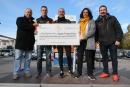 Entrega del xec de 9000 euros recaptats per a la investigació del càncer de ronyó
