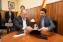 El conseller de Territori i Sostenibilitat, Damià Calvet, signant el llibre d'honor de l'Ajuntament