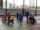 Primer dia d'activitat dels participants de l'Escola Municipal de Ciclisme a la pista annexa del pavelló poliesportiu