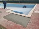 Tècnics realitzant el manteniment i les millores a la piscina descoberta