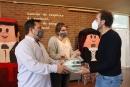 Entrega de les mascaretes transparents per als/les docents