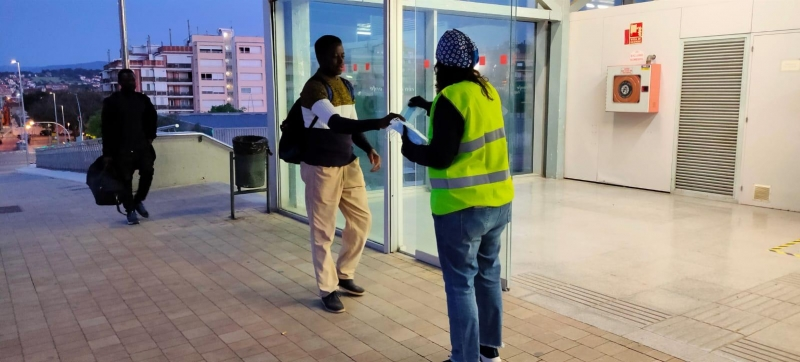 Voluntaris repartint mascaretes al tren 1