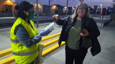 Voluntaris repartint mascaretes al tren 2